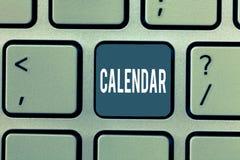 Wortschreibens-Text Kalender Geschäftskonzept für die Seiten, die Tageswochenmonate bestimmter Jahr Anzeige zeigen lizenzfreie stockbilder