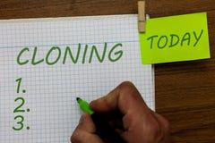 Wortschreibens-Text Klonen Geschäftskonzept für Make Duplikate von jemand oder von etwas, die Klone Mann herstellen stockbilder