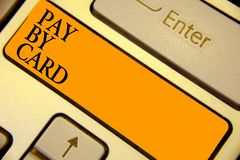 Wortschreibens-Text Lohn durch Karte Geschäftskonzept für Zahlungen auf Kredit Debet-elektronischem virtuellem Geld-Einkaufstasta lizenzfreies stockbild