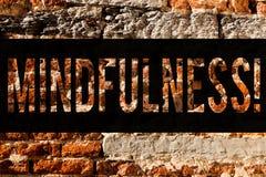 Wortschreibens-Text Mindfulness Geschäftskonzept für Sein bewusste Bewusstseins-Ruhe nehmen Gedanken und Gefühle Backsteinmauerku stockfoto
