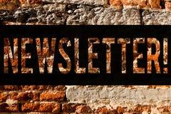Wortschreibens-Text Newsletter Geschäftskonzept für das Bulletin regelmäßig geschickt den Mitgliedern der Gruppe Backsteinmauerku vektor abbildung
