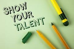 Wortschreibens-Text Show Ihr Talent Geschäftskonzept für Demonstrate die persönlichen Fähigkeitsfähigkeits-Wissensfähigkeiten ges stockfotografie