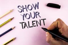 Wortschreibens-Text Show Ihr Talent Geschäftskonzept für Demonstrate die persönlichen Fähigkeitsfähigkeits-Wissensfähigkeiten ges lizenzfreie stockfotos
