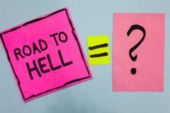 Wortschreibens-Text Straße zur Hölle Geschäftskonzept für Rosapapier Reise des extrem gefährlichen Durchgangs dunkles riskantes u lizenzfreie stockbilder