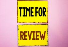 Wortschreibens-Text Zeit für Bericht Geschäftskonzept für Bewertungs-Feedback-Moment-Leistung Rate Assess geschrieben auf gelben  lizenzfreies stockfoto