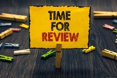 Wortschreibens-Text Zeit für Bericht Geschäftskonzept für hölzernen Schreibtisch Bewertungs-Feedback-Moment-Leistungs-Rate Assess stockbilder