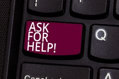 Wortschreibenstext bitten um Hilfe Geschäftskonzept für Antrag zu Stützunterstützungserforderlicher Berufsrattastatur stockfotos