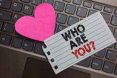 Wortschreibenstext, das Sie Frage sind Geschäftskonzept für Identify sich aschigen Computer der persönlichen Eigenschaften Beschr lizenzfreie stockbilder