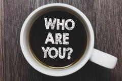 Wortschreibenstext, das Sie Frage sind Geschäftskonzept für Identify sich schwarzen Kaffee w der persönlichen Eigenschaften Besch stockbild