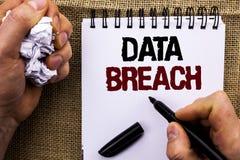 Wortschreibenstext Daten-Bruch Geschäftskonzept zu der gestohlenen Internetkriminalitäts-Information, die den Sicherheits-böswill lizenzfreies stockfoto