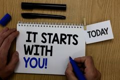 Wortschreibenstext, den er mit Ihnen beginnt Geschäftskonzept für Motivation für das Beginnen, etwas tuend, haben Disziplin Handg lizenzfreies stockfoto