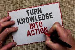 Wortschreibenstext Drehungs-Wissen in Aktion Geschäftskonzept für Apply, was Sie Führungsstrategien auf Jutefaser groun gelernt h lizenzfreie stockfotografie