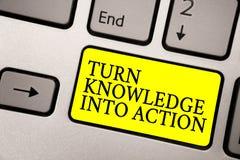 Wortschreibenstext Drehungs-Wissen in Aktion Geschäftskonzept für Apply, was Sie Führungsstrategien gelernt haben stockbild