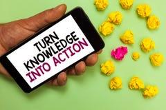 Wortschreibenstext Drehungs-Wissen in Aktion Geschäftskonzept für Apply, was Sie Führungsstrategien Mann gelernt haben, der c häl stockbild