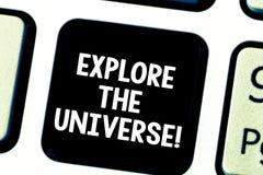 Wortschreibenstext erforschen das Universum Geschäftskonzept für Discover der Raum und die Zeit und ihre Inhalt Taste lizenzfreies stockbild