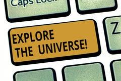 Wortschreibenstext erforschen das Universum Geschäftskonzept für Discover der Raum und die Zeit und ihre Inhalt Taste lizenzfreie stockbilder