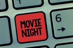 Wortschreibenstext Film-Nacht Geschäftskonzept, damit zufällige informelle Wiedervereinigung zu Hause Filme Freizeitdatum aufpass lizenzfreie stockfotografie