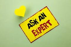Wortschreibenstext fragen einen Experten Geschäftskonzept für Consult ein Berufsbitten um Rat machen eine Frage, die auf gelbes S lizenzfreie stockbilder