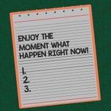 Wortschreibenstext genießen den Moment, was im Augenblick geschehen Geschäftskonzept für Seize, das der Tag Freizeit sich entspan lizenzfreies stockbild