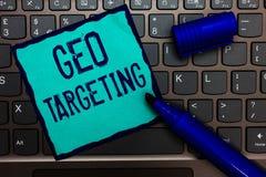 Wortschreibenstext Geo-Anvisieren Geschäftskonzept für Digital-Anzeigen sieht IP address Adwords-Kampagnen-Standort-Türkispapier  stockfotos