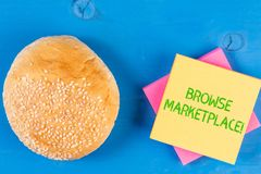 Wortschreibenstext grasen Markt Geschäftskonzept für das Schauen durch einen Satz Informationen im Markt stockbilder