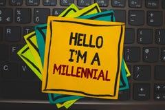 Wortschreibenstext hallo bin ich ein tausendjähriges Geschäftskonzept für erreichendes junges Erwachsensein der Person im laufend stockfoto