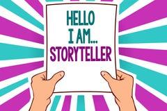 Wortschreibenstext hallo bin ich storyteller Geschäftskonzept für das Vorstellen wie Romanartikelverfasser Man, das Papier hält stockfoto
