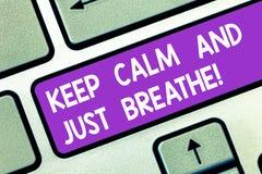 Wortschreibenstext halten Ruhe und atmen gerade Geschäftskonzept für Nehmen ein Bruch, zum von täglichen Schwierigkeiten zu überw lizenzfreies stockfoto