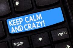 Wortschreibenstext halten ruhig und verrückt Geschäftskonzept für Relax und geisteskrankes zu gehen glückliches erhalten feiern T lizenzfreie stockbilder