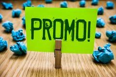 Wortschreibenstext Promo-Motivanruf Geschäftskonzept für Stück cyan-blauen Gegenstand des Werbung Rabatt-Sonderangebot-Verkaufs-P stockfotos