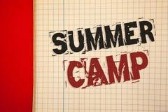 Wortschreibenstext Sommer-Lager Geschäftskonzept für Platz im Land, in dem Kinder Tätigkeiten während der Feiertage machen lizenzfreies stockbild
