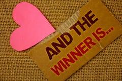 Wortschreibenstext und der Sieger ist Geschäftskonzept für als ersten Platz oder Rennen heftiges starkes Papierblut in Konkurrenz stockfotografie