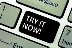 Wortschreibenstext versuchen es jetzt Geschäftskonzept für kostenlose Testversion von etwas unterschiedliche Taste Sachen des neu stockbild