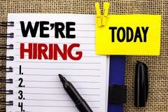 Wortschreibenstext wir ` bezüglich der Einstellung Geschäftskonzept für die Rekrutierung, Einstellungs-freie Stelle jetzt anstell stockbilder
