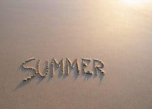 Wortsommer geschrieben in den Sand Stockbilder