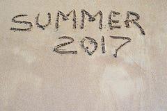 Wortsommer 2017 wird auf eine sandige Oberfläche geschrieben Lizenzfreies Stockbild