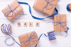 Wortverkauf gemacht von den Holzklötzen und von den Geschenkboxen Stockfotos