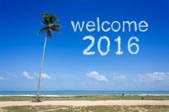 Wortwolke des Willkommens 2016 im blauen Himmel am tropischen Strand Lizenzfreies Stockfoto