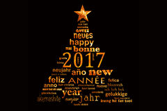 Wortwolken-Grußkarte des neuen Jahres 2017 mehrsprachige in Form eines Weihnachtsbaums Stockfoto