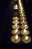 Wosków blaski świecy daje światłu w zmroku zdjęcia royalty free