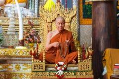 Wosk postać mnich buddyjski w medytaci siedzącej pozyci, Zdjęcie Stock