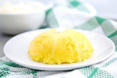 Włoska tradycyjna polenta, owsianka robić od cornmeal Mamaliga Z chałupa serem i kwaśną śmietanką Żywność organiczna Zdjęcie Royalty Free