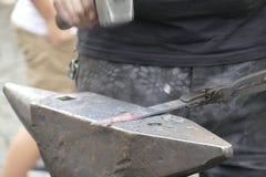 Wotk de forgeron avec le marteau et le fer chaud Image libre de droits