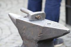 Wotk de forgeron avec le marteau et le fer chaud Photo stock