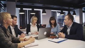 wotking在有顶楼内部的办公室的团结小组专家 股票视频