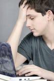 Wotks adolescente frustrante no computador Imagem de Stock