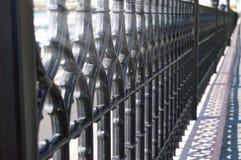Wought żelaza ogrodzenie z wielostrzałowym wzorem Obraz Royalty Free