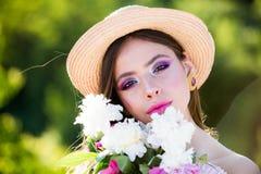 wow De zomermeisje met lang haar gezicht en skincare reis in de zomer Vrouw met maniermake-up Natuurlijke schoonheid en kuuroord stock afbeeldingen