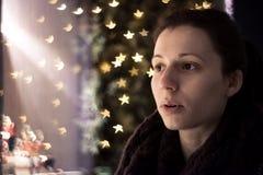 Wow! Ragazza stupita dalle decorazioni di Natale Fotografia Stock Libera da Diritti