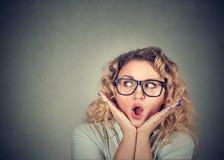 wow vrouw die opgewekt houdend haar mond geopend kijken royalty-vrije stock afbeeldingen
